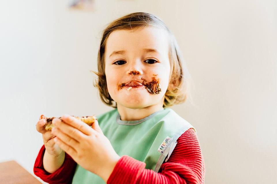 Kind mit Nutellabrot