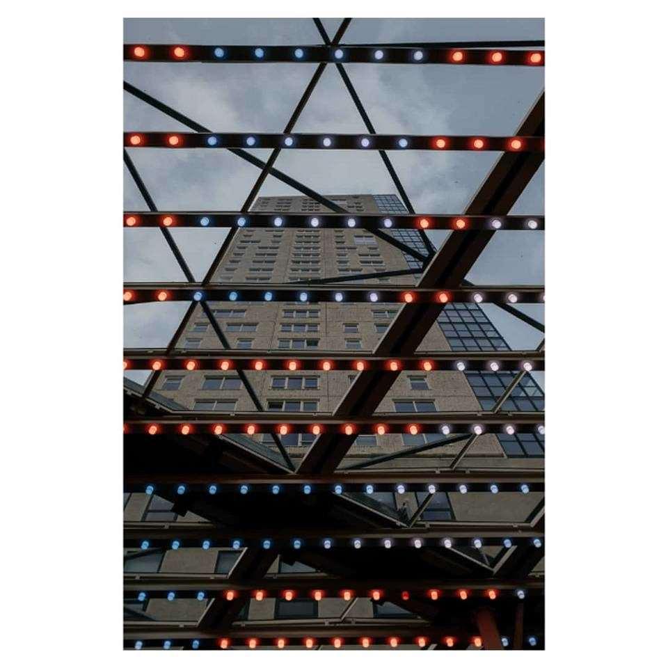 beleuchtete Gitter vor Hochhaus