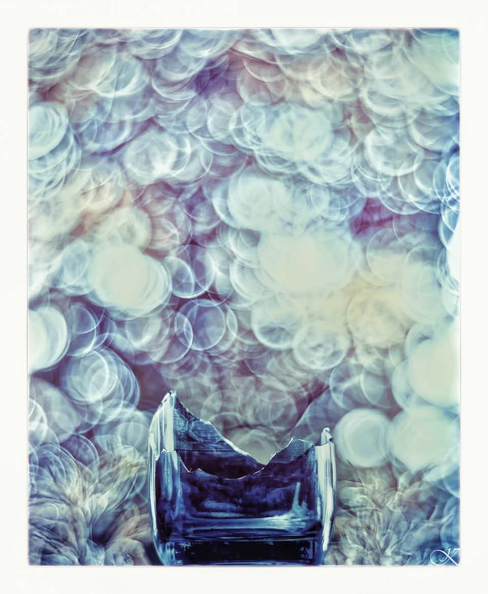 Zerbrochenes Glas vor Bokeh