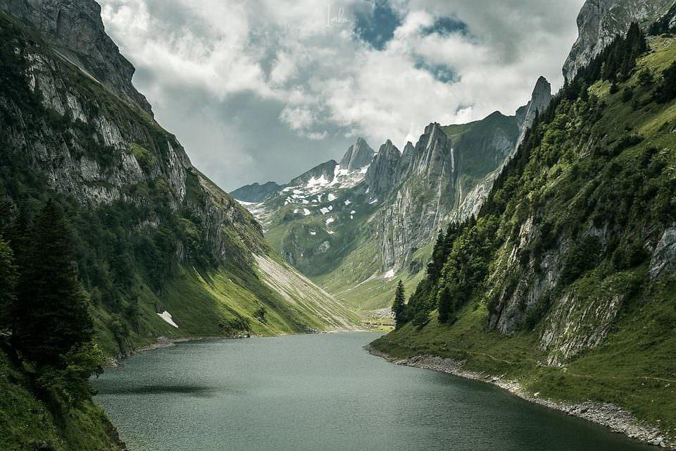 Berglandschaft mit Gewässer