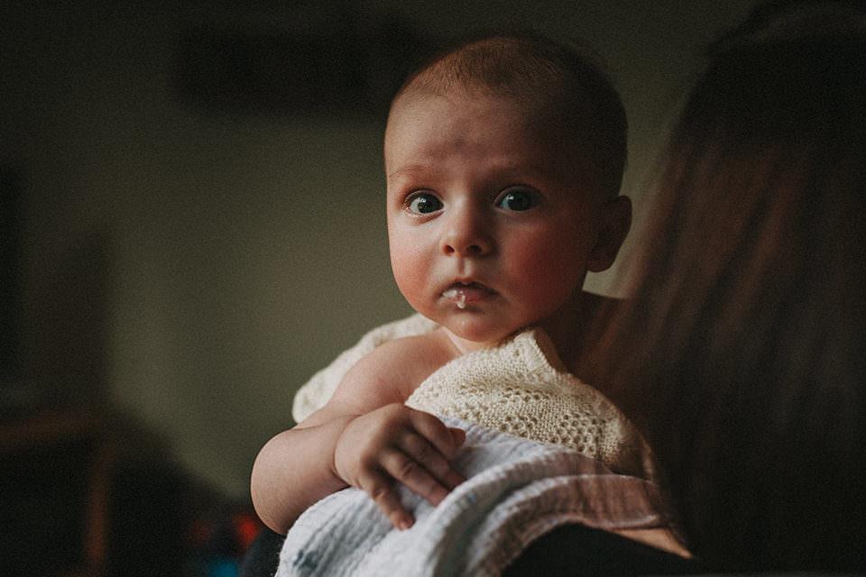 Baby mit Milchresten
