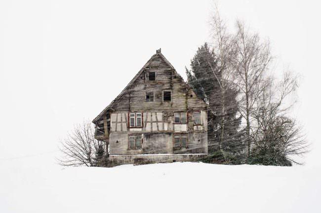isoliertes Haus im Schnee