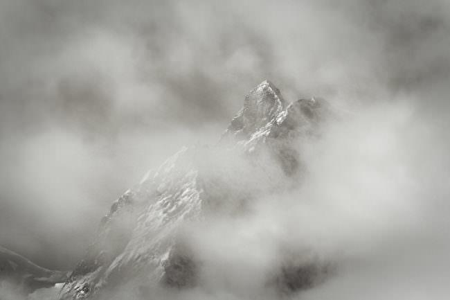nebelverhangener Berg