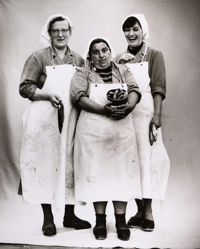 Drei Frauen in Arbeitskleidung