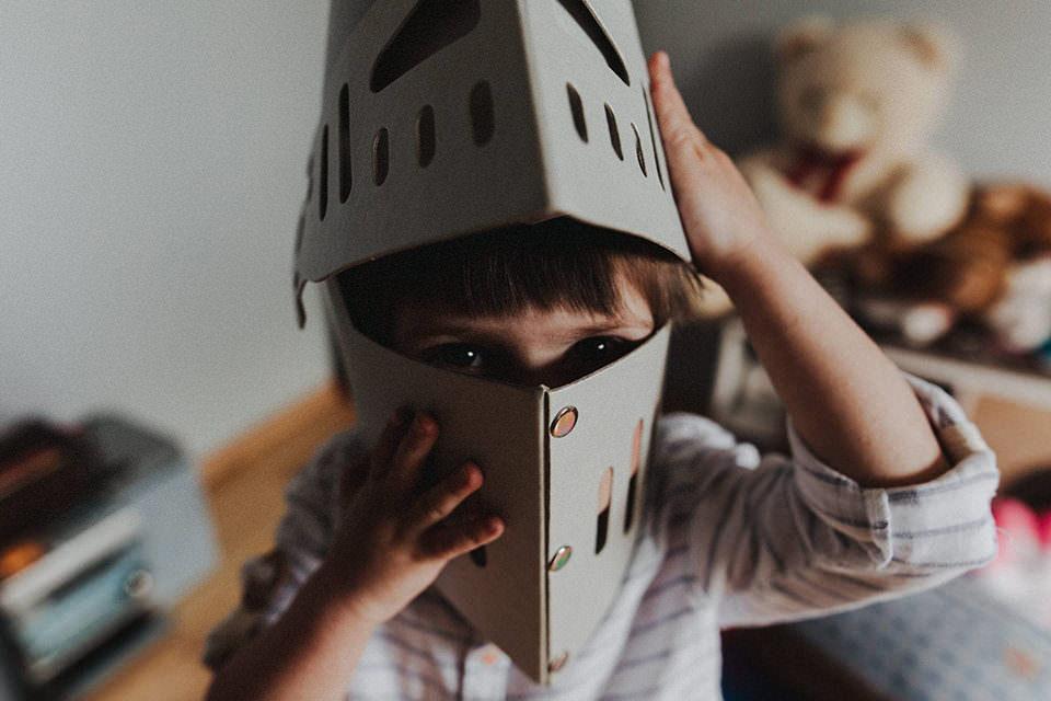 Kind mit Ritterhelm