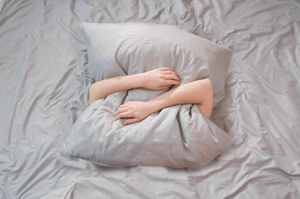 Arme um ein Kissen