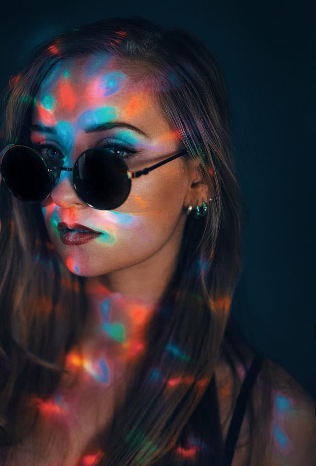 Portrait mit bunten Lichtern