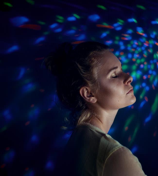 Frauenportrait mit Farbpunkten