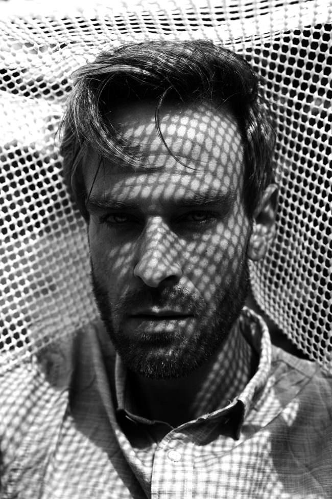 Männerportrait mit Schattenmuster