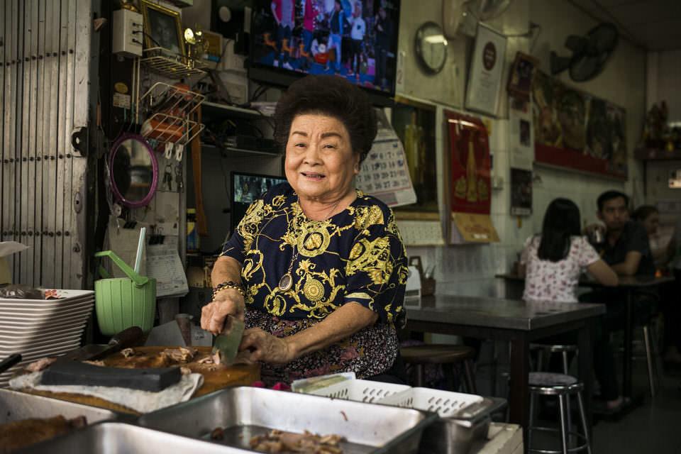 Frau an einem Marktstand