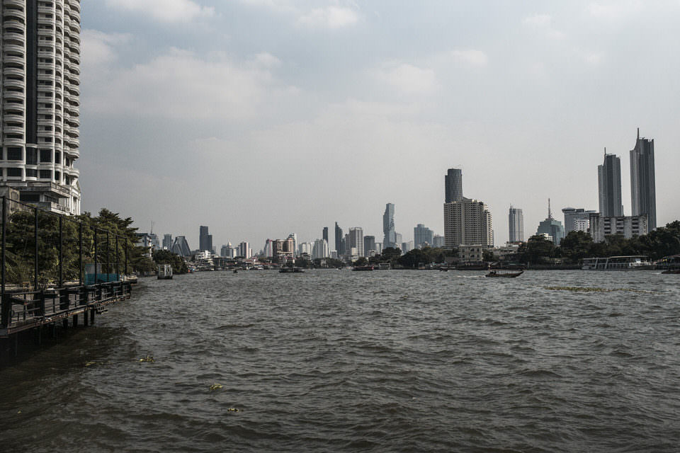 Wasser im Vordergrund, Großstadt im Hintergrund