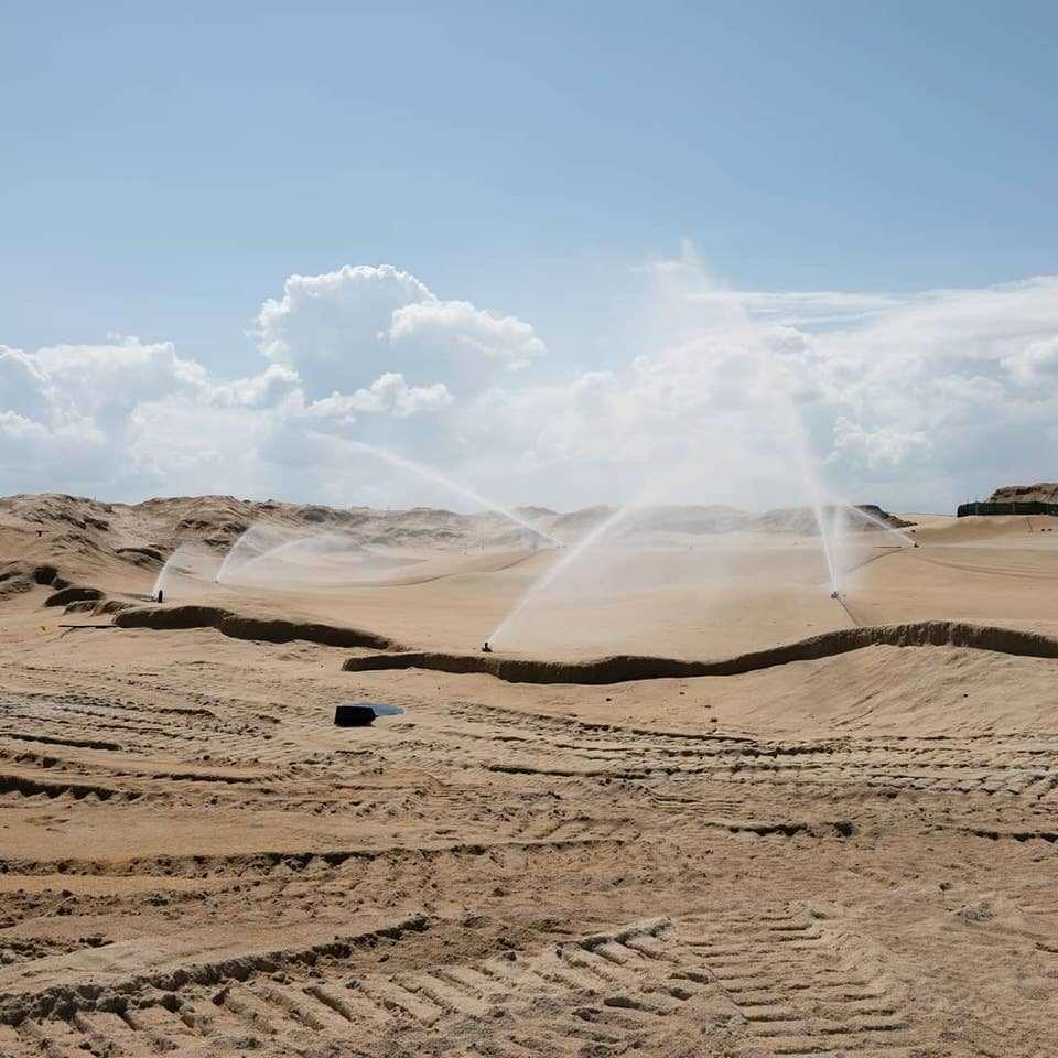 Sand wird bewässert