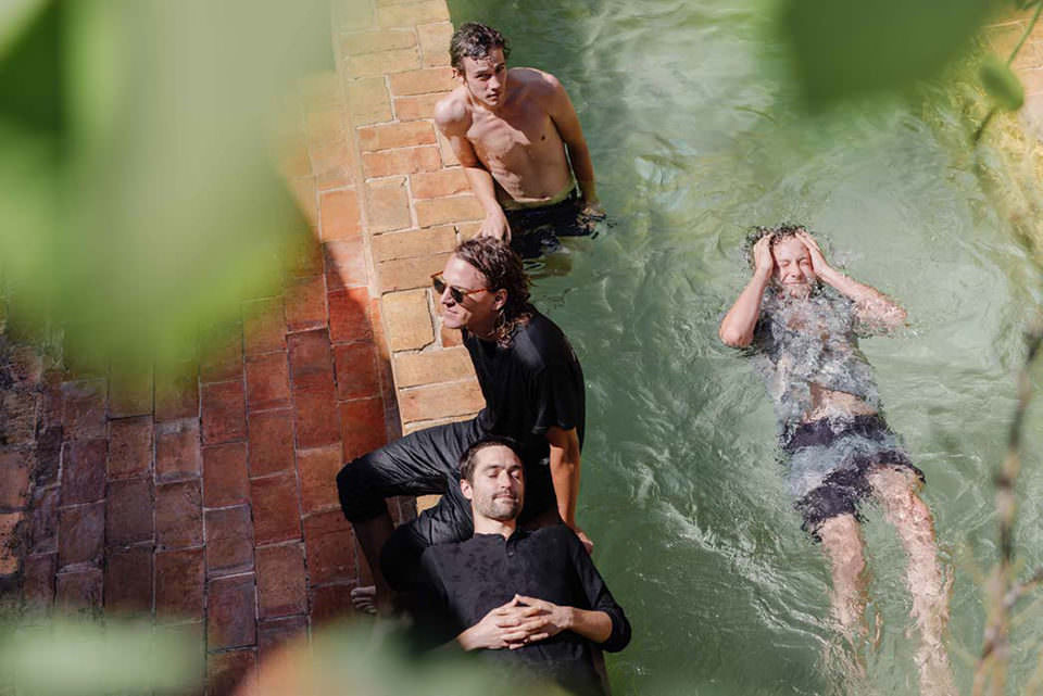 Männer am Pool