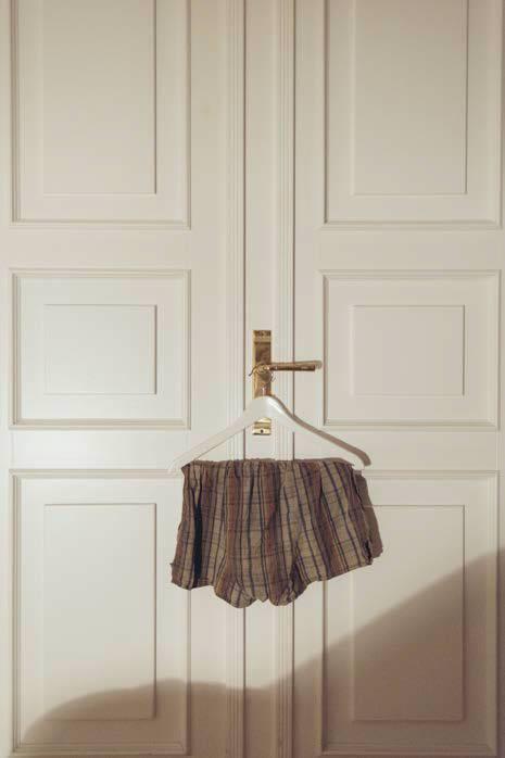 Unterhose an einer Tür