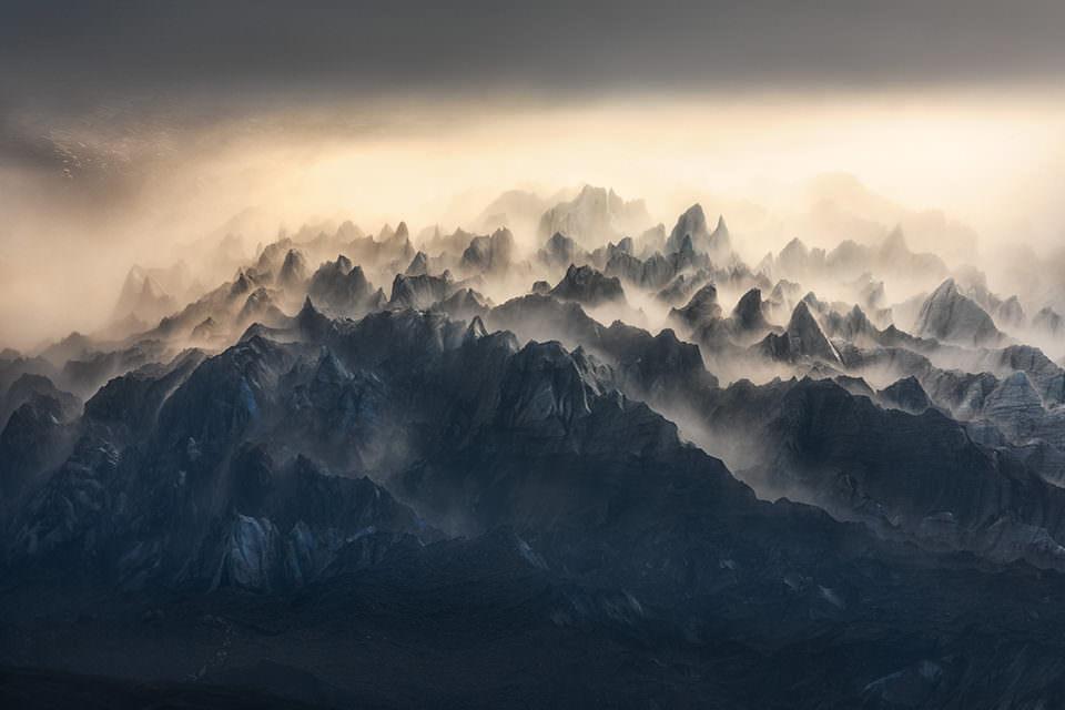 Lichtstimmung über einem Gebirge