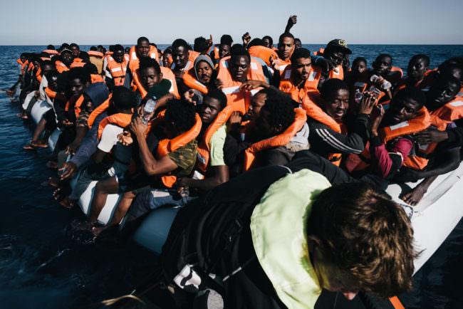 Menschen auf einem überfüllten Boot