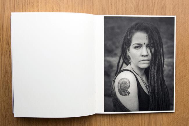 Aufgeschlagenes Buch mit schwarzweißem Frauenportrait