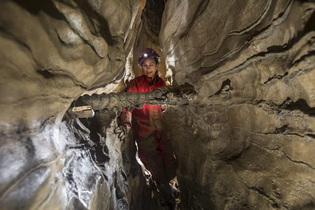 Frau in Höhle