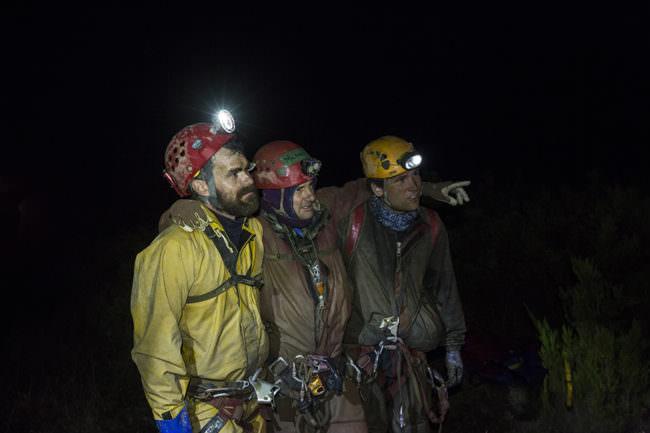 Drei Höhlenkletterer in Montur