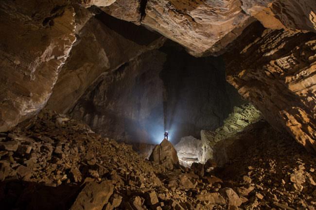 Kleiner Mensch in großer Höhle