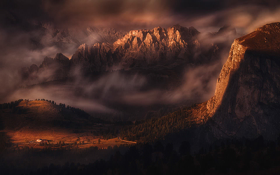 Dramatisches Licht über einem Gebirge