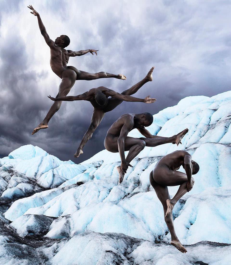 Surreales Bild eines Tänzers vor einem Eisberg