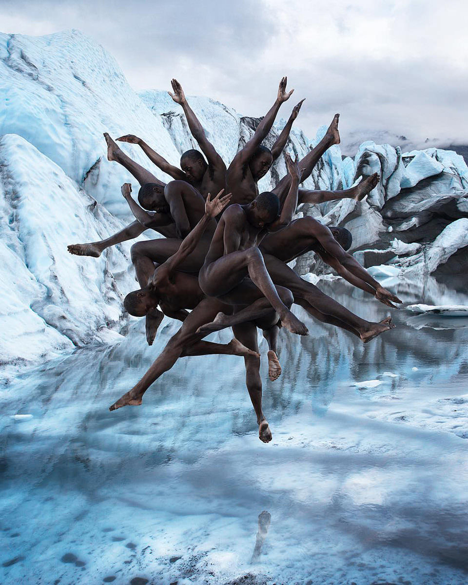 Surreales Menschengebilde vor Eis