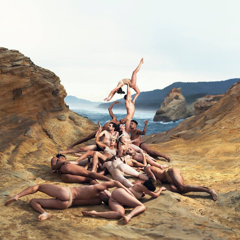 Nackte Menschen formen ein Kunstwerk am Strand