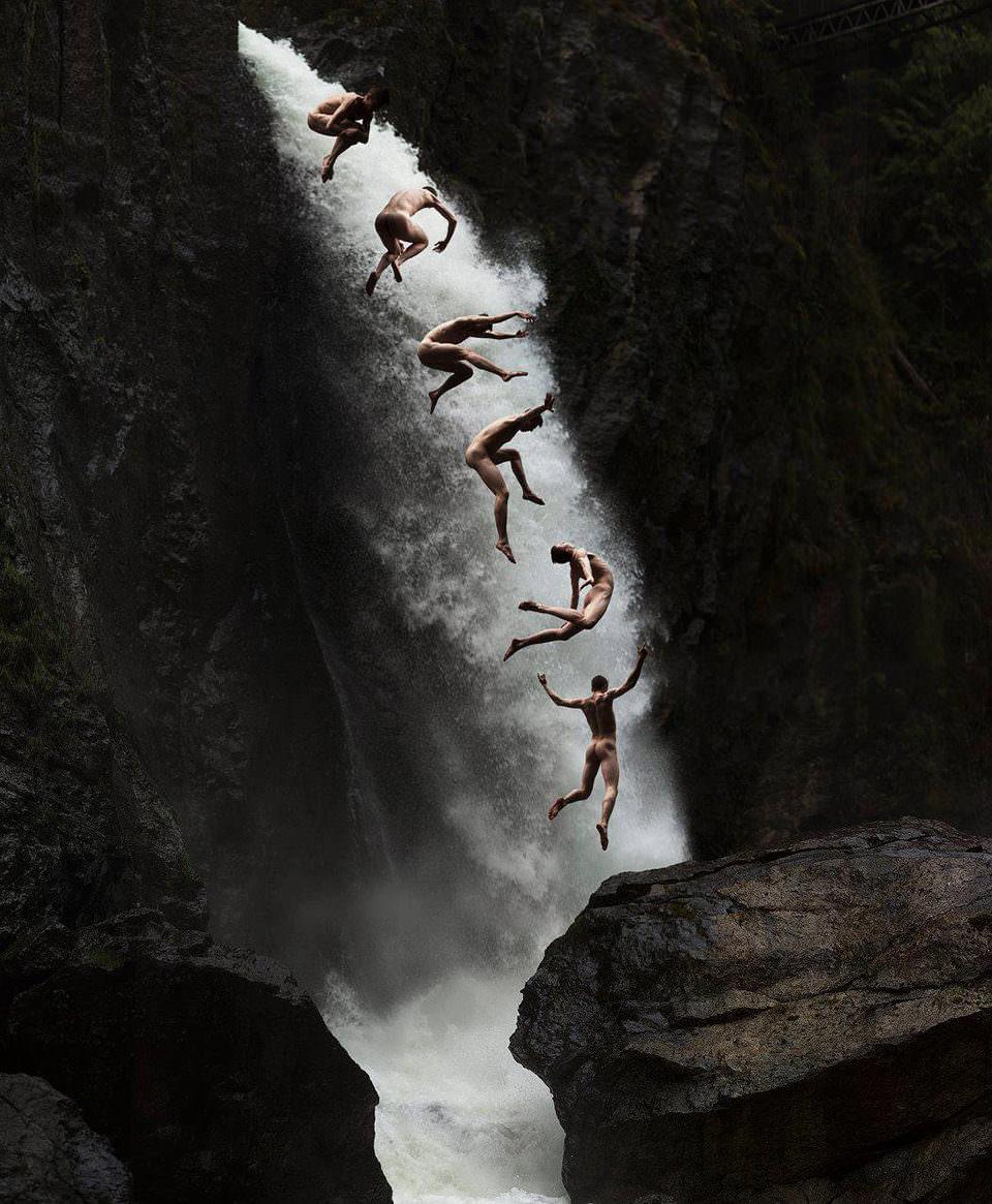 Schwebende Menschenvor einem Wasserfall