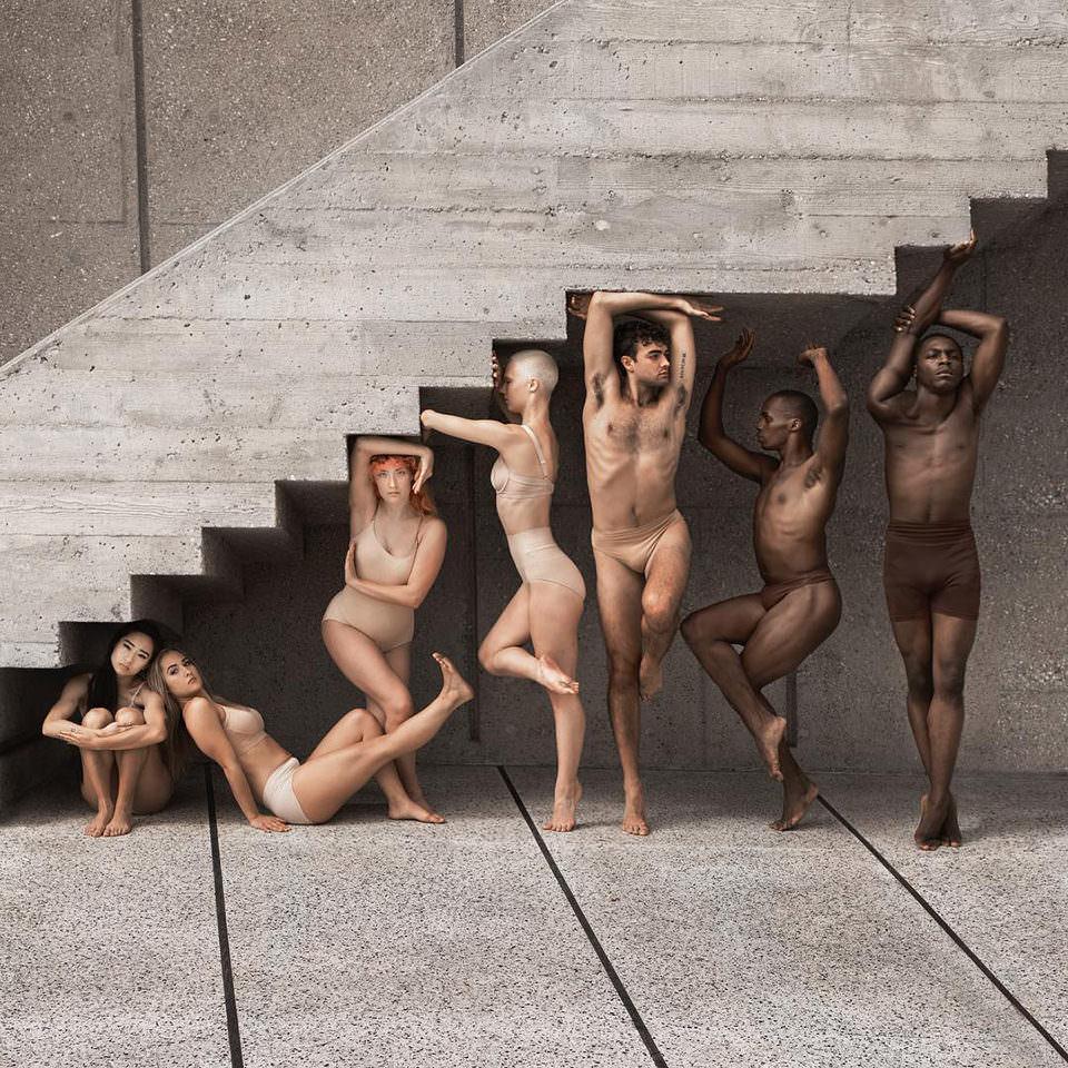 Menschen in verschiedenen Formationen unter einer Treppe