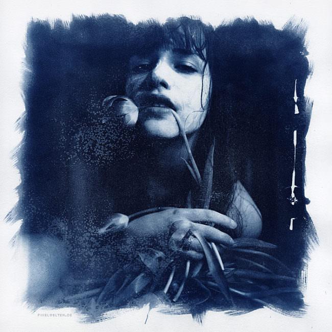 Frau mit Tulpe im Mund