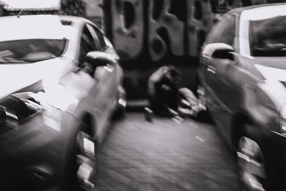 Person zwischen Autos