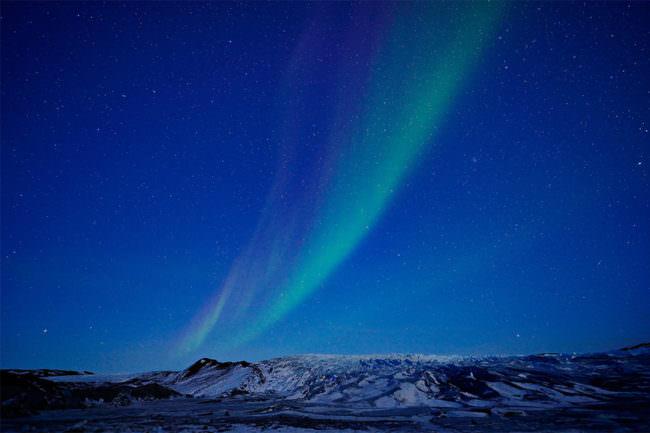 Polarlichter über einer verschneiten Landschaft