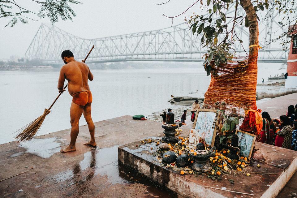 Mann fegt vor einem Altar