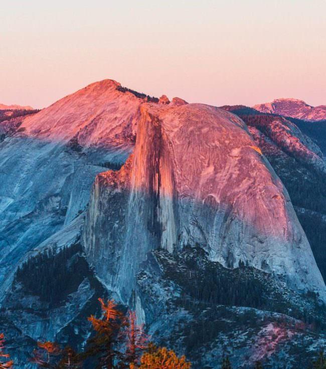 Ein Berg im Sonnenlicht