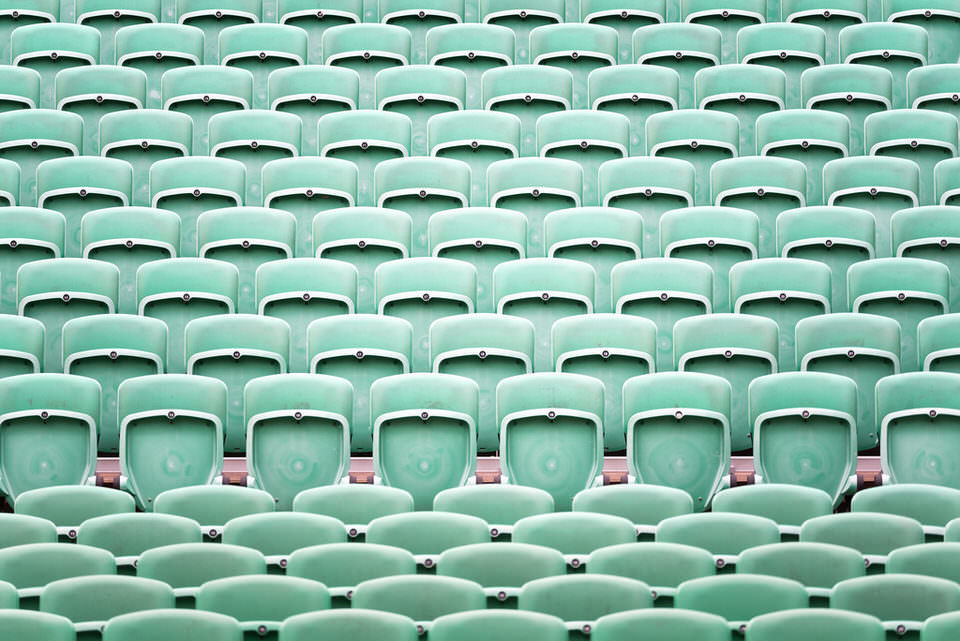 Stühle im Stadion