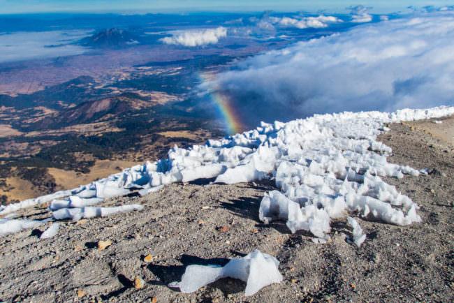 Regenbogen über einem Gebirge