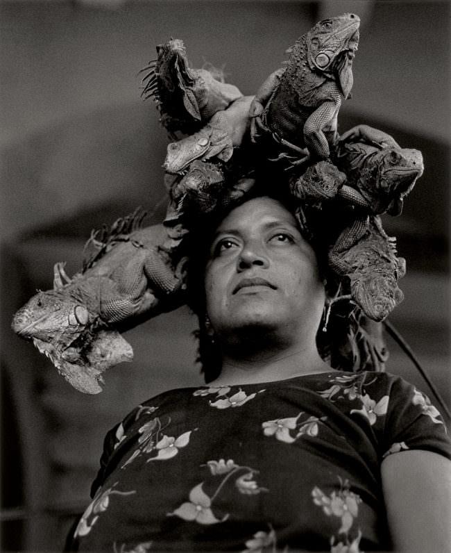 Frau mit Leguanen auf dem Kopf