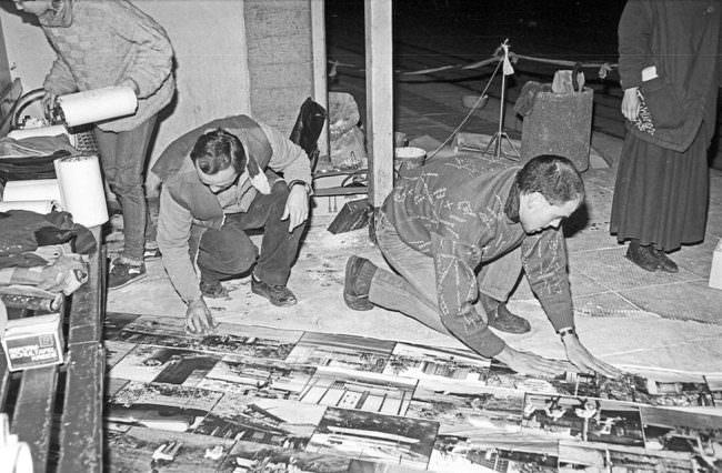 Personen fixieren etwas am Straßenboden.