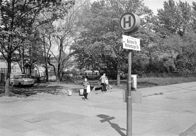 Bushaltestellenschild in Landschaft.