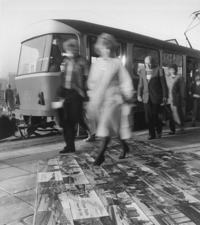 Personen vor Straßenbahn laufen über Bildboden.