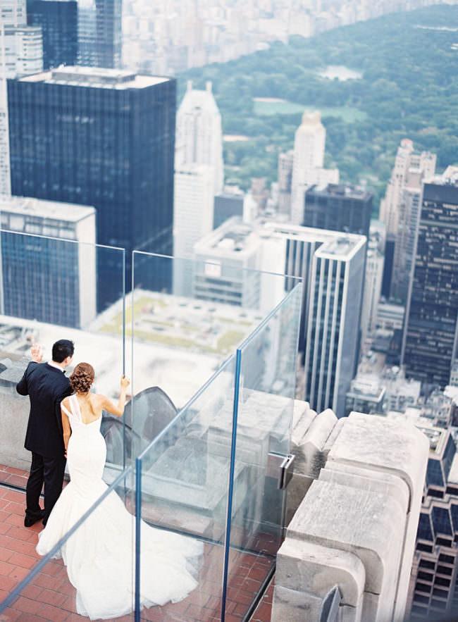 Brautpaar auf einem Balkon einer Großstadt