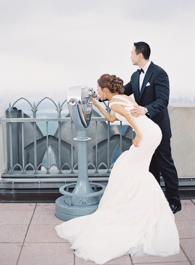Brautpaar sieht durch ein Fernrohr