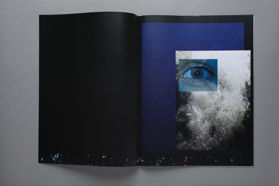 Aufgeschlagenes Heft mit abstrakten Bildern