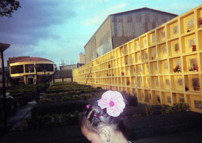 Mädchen mit Blume im Haar