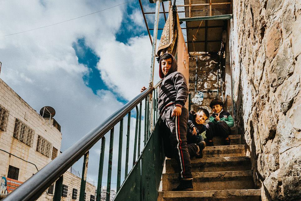 Kinder auf einer Treppe