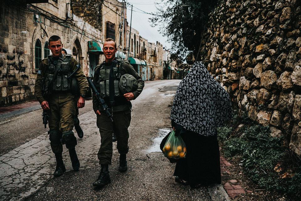Soldaten und eine Frau mit Obst