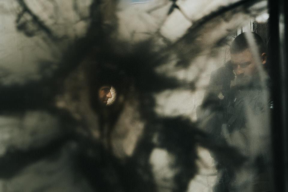 Blick durch ein Loch auf eine Person