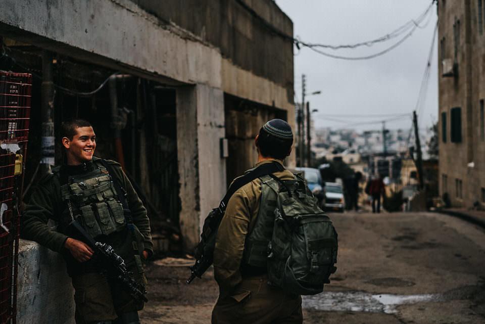 lachende Soldaten an der Straße