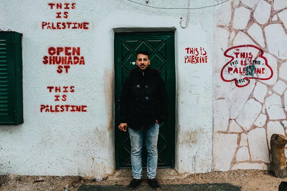 Mann vor einer Haustür